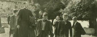 1951 – z ministrantami z Tychów